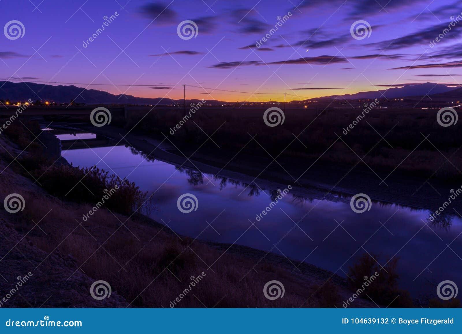 Download Schemer Langs Een Rivier Met Waterbezinning Van De Hemel Stock Foto - Afbeelding bestaande uit kreek, landschappen: 104639132