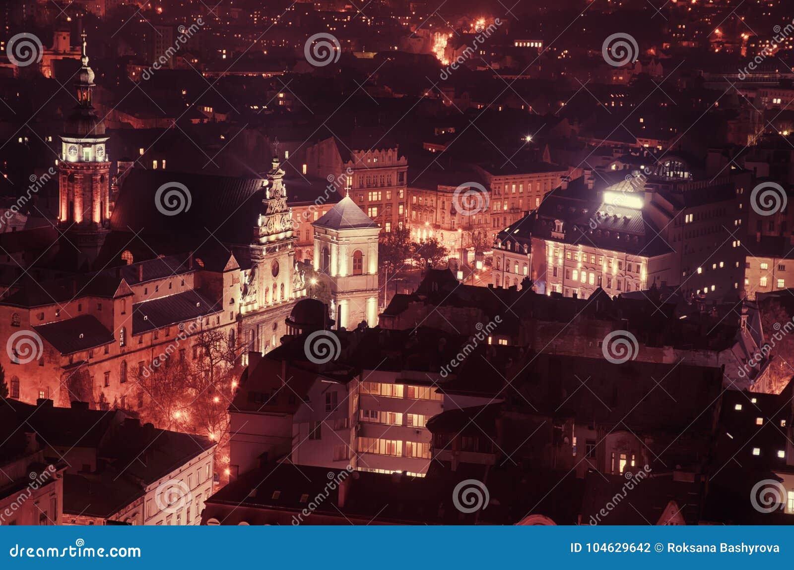 Download Schemering in Lviv stock foto. Afbeelding bestaande uit gebouwen - 104629642