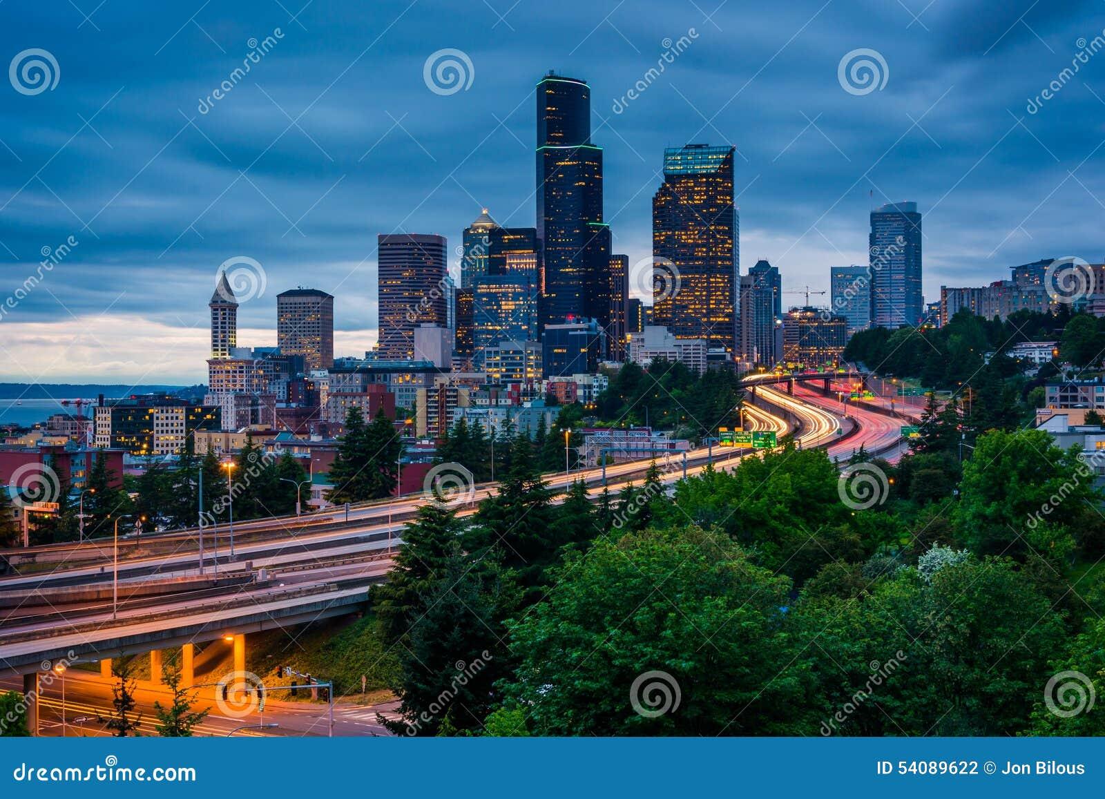 Schemeringmening van de horizon van Seattle van Jose Rizal Bridge,