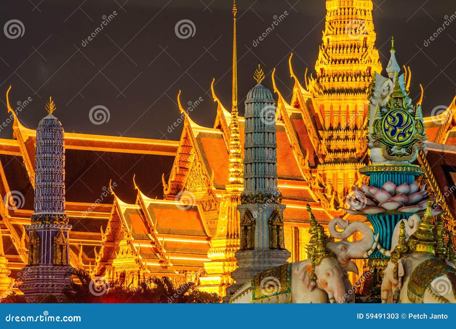 Schemeringtempel van Emerald Buddha Wat Phra Kaew van Bangkok