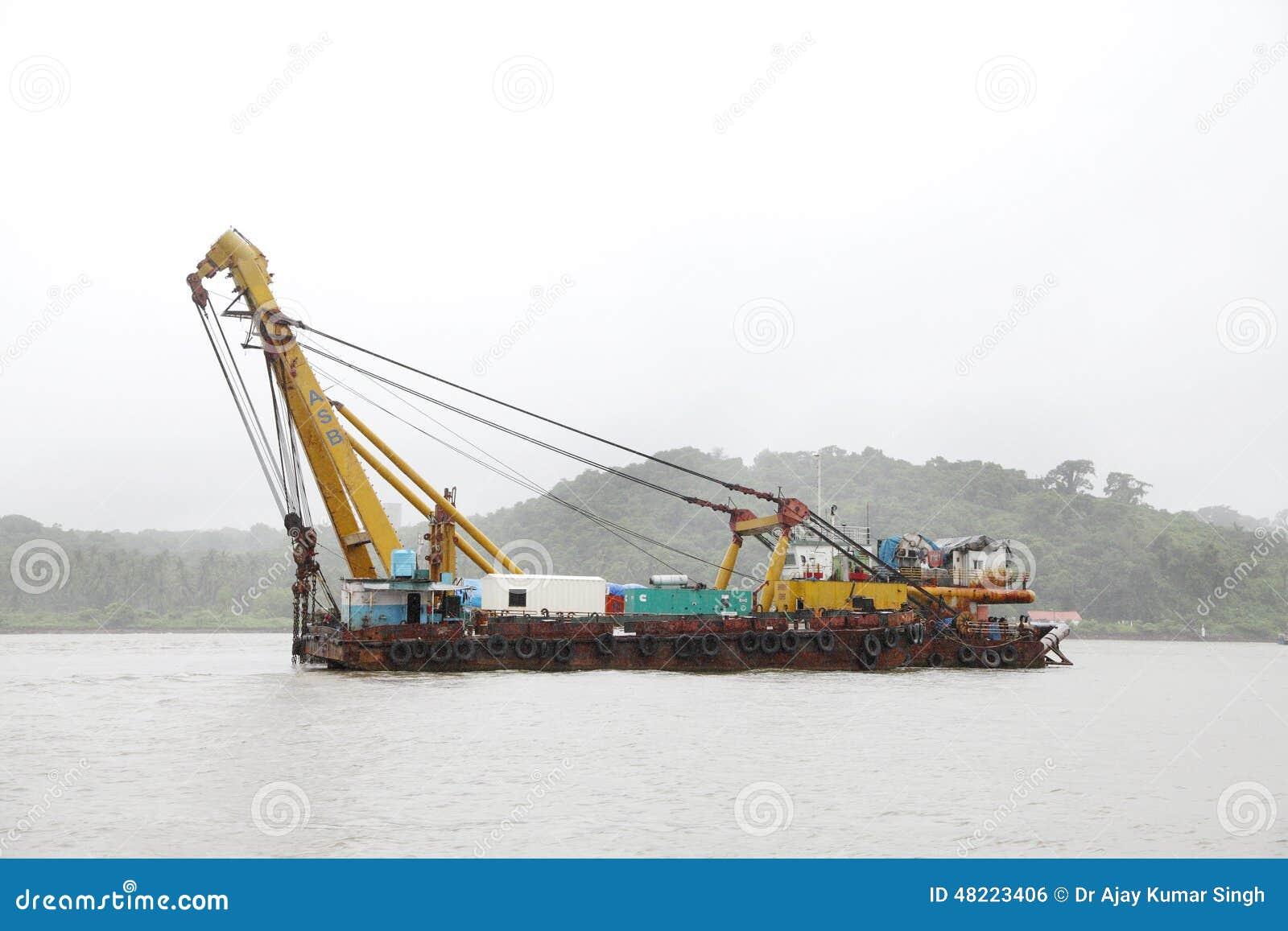 Goa, india 10 augustus: de boot met zware kraan wordt uitgerust om