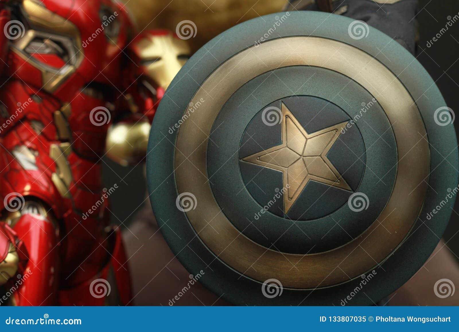 Schermo alto vicino del colpo della figura di superheros di capitano America nell azione che compare in libri di fumetti american