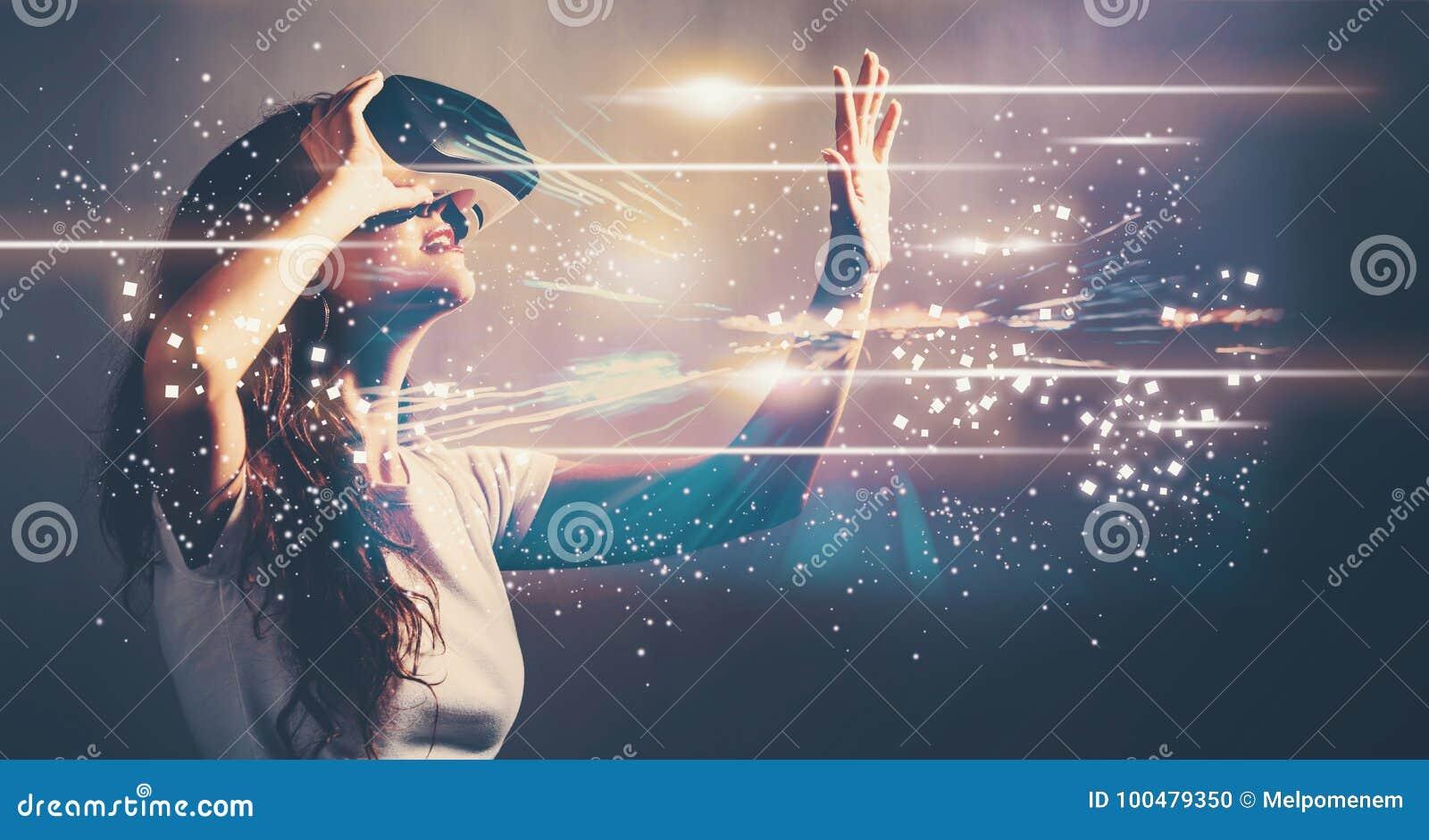 Schermo di Digital con la giovane donna con VR