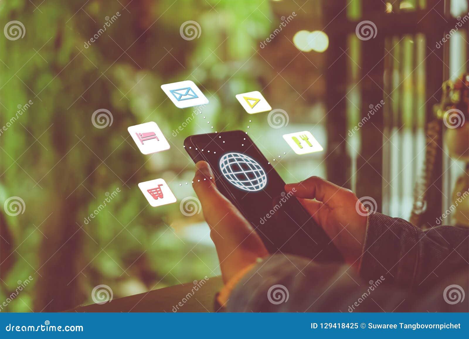 Schermo misto delle icone di vacanza di viaggio sulla mano della donna facendo uso dello smartphone da progettare per il fine set