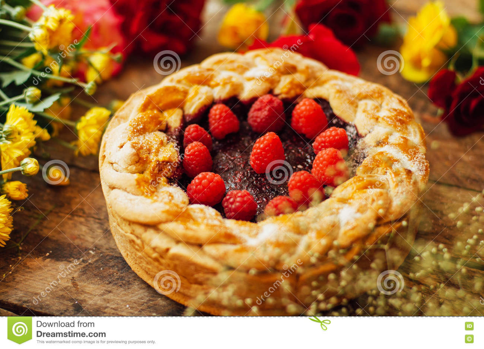 Scherp met verse bessen Eigengemaakte scherp verfraaid met bessen Voedsel: Amerikaanse veenbes en Frambozenbovenkant - onderaan c