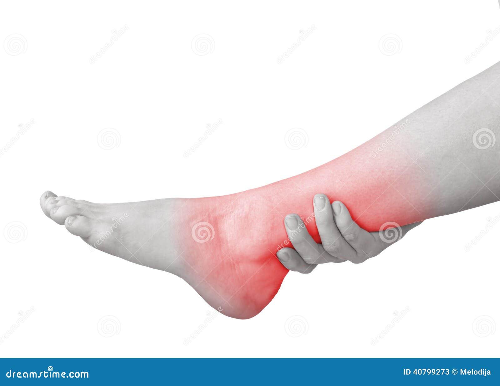 Scherpe pijn in enkel De hand van de vrouwenholding aan vlek van enkel-pijnen