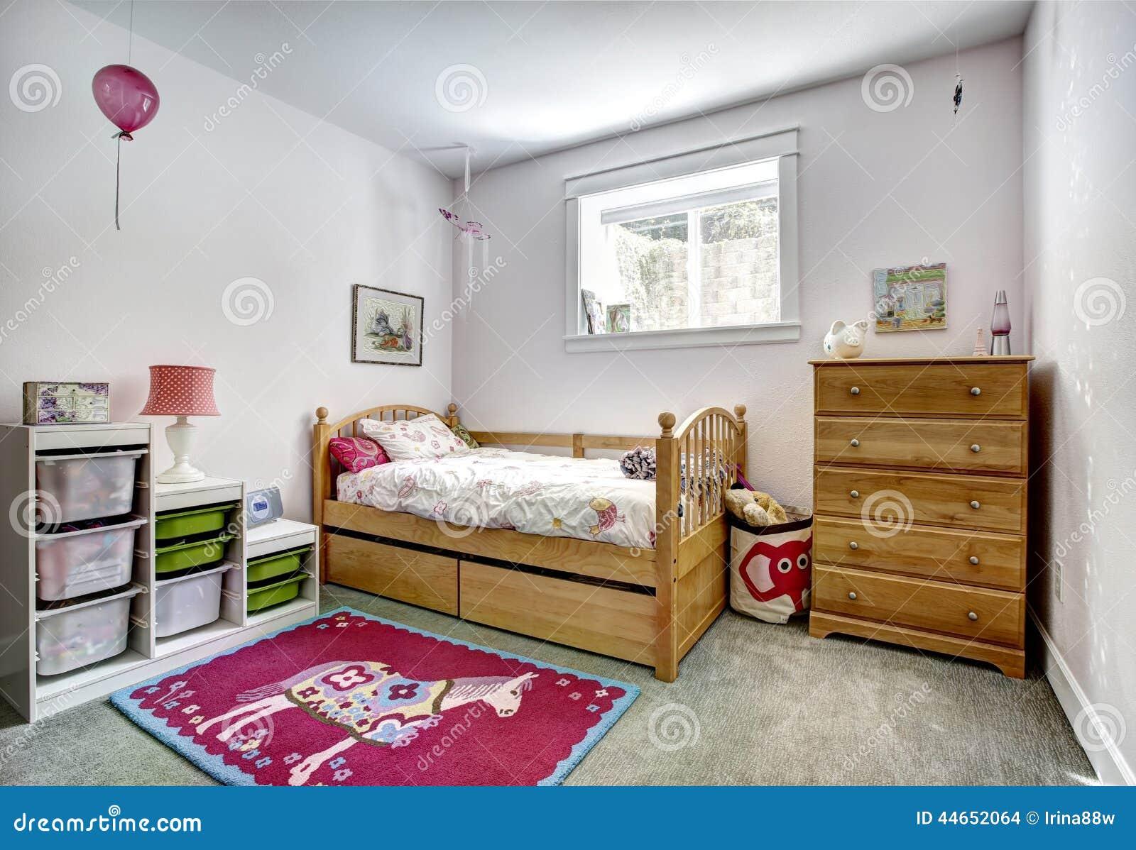 Scherza l interno della stanza con i canestri di stoccaggio per i giocattoli