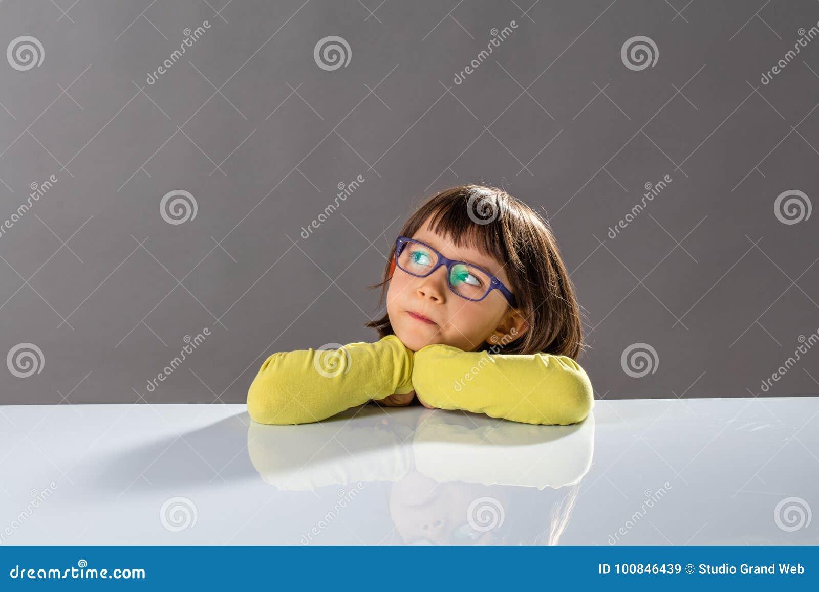 Scherzen Sie das kritische Denken mit ernstem kleinem Kind und begabten Gedanken
