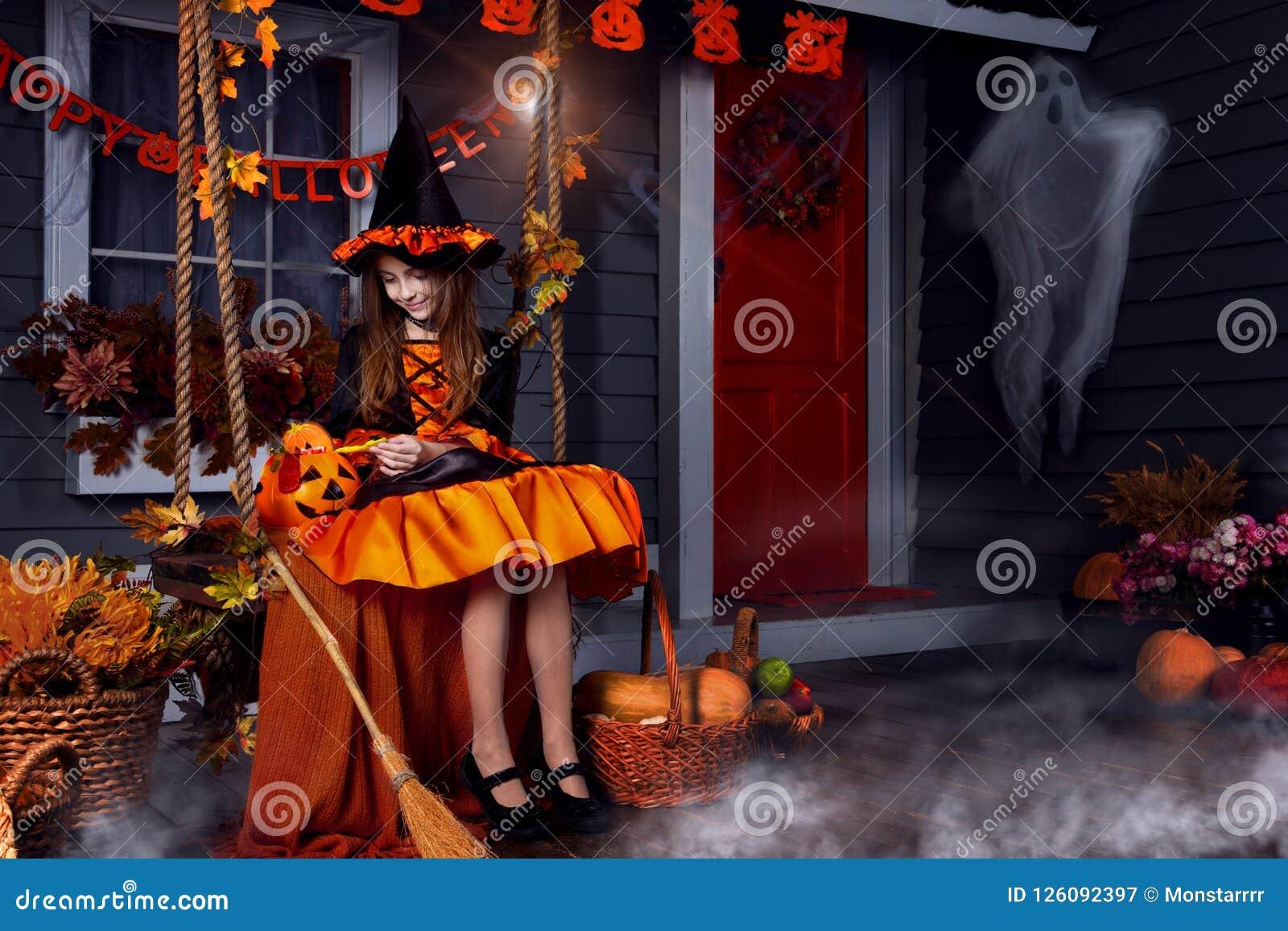 Scherzen Sie im Halloween-Hexenkostüm, das zu Halloween bereit ist