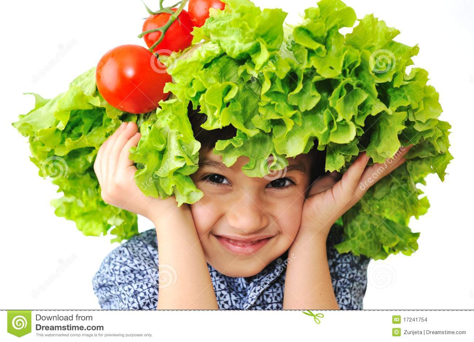 Scherzen Sie mit Salat- und Tomatehut auf seinem Kopf