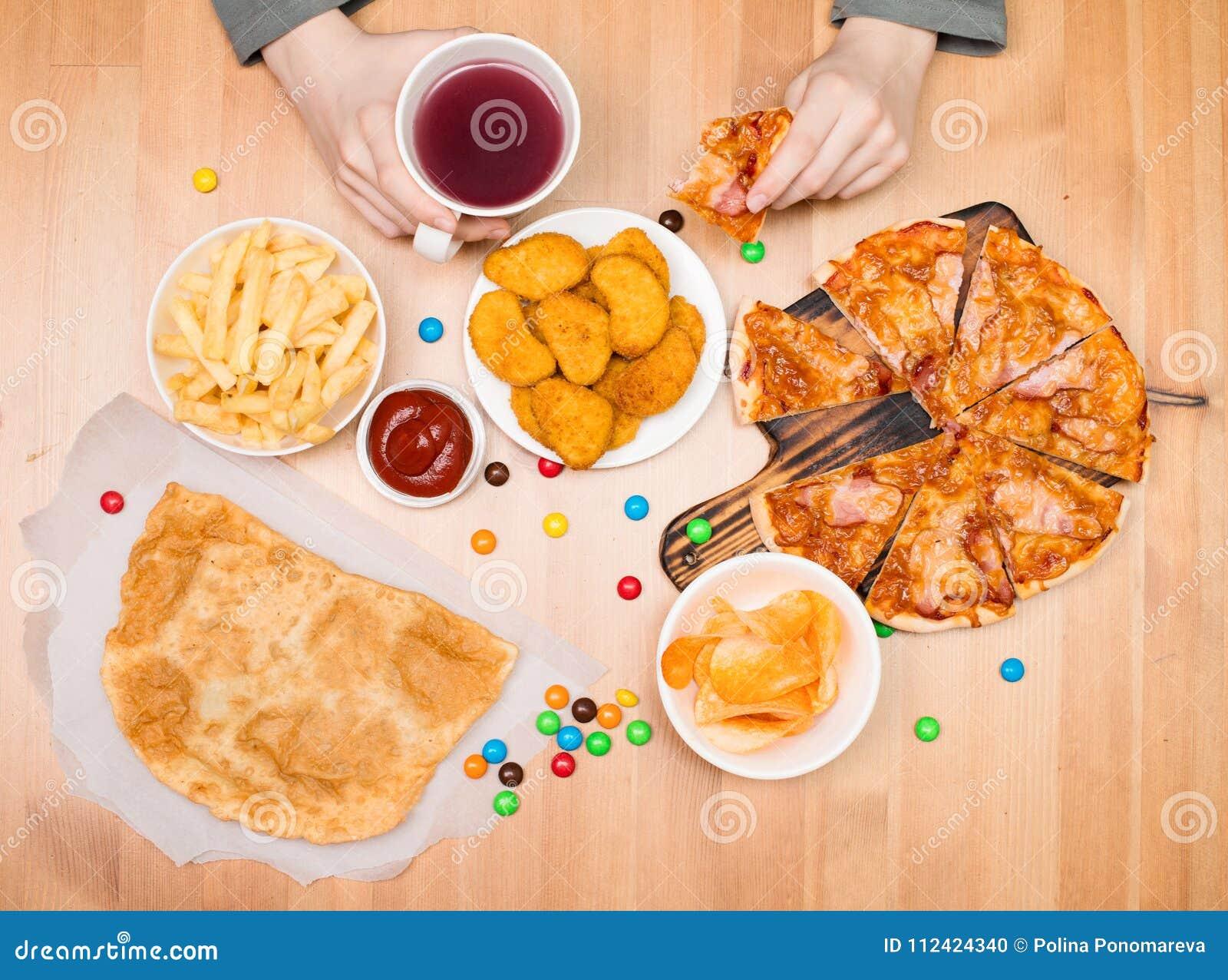Scherzi il cibo la pizza, le pepite, le patatine fritte e degli altri alimenti a rapida preparazione Alimenti a rapida preparazio