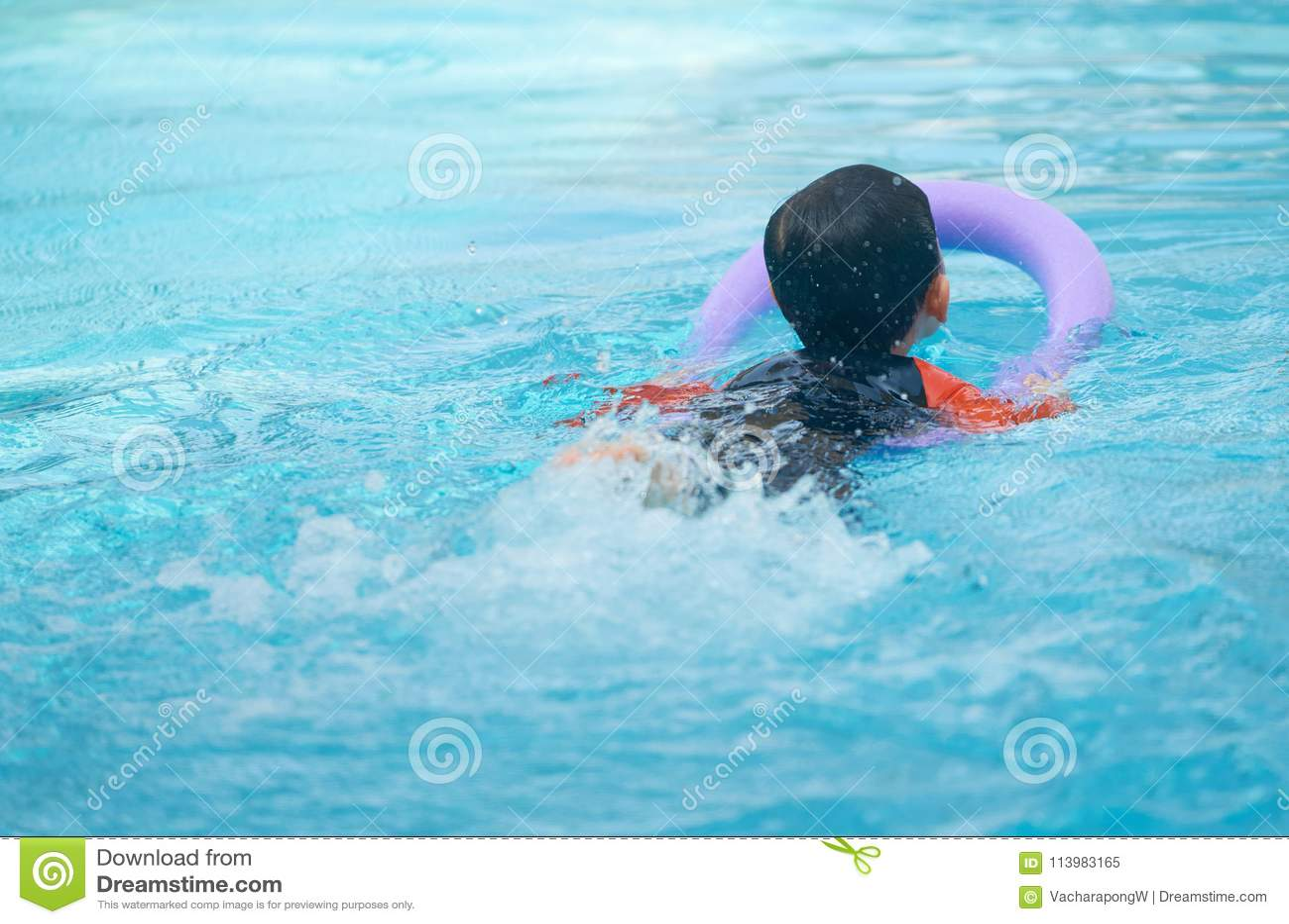 Scherzi la nuotata con la tagliatella della schiuma per l apprendimento della classe di nuoto in acqua p