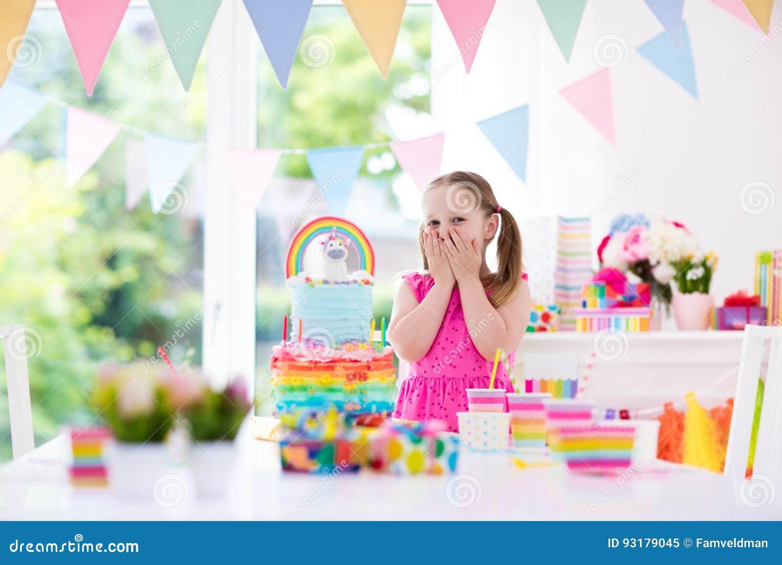 Scherzt Geburtstagsfeier Kleines Mädchen mit Kuchen