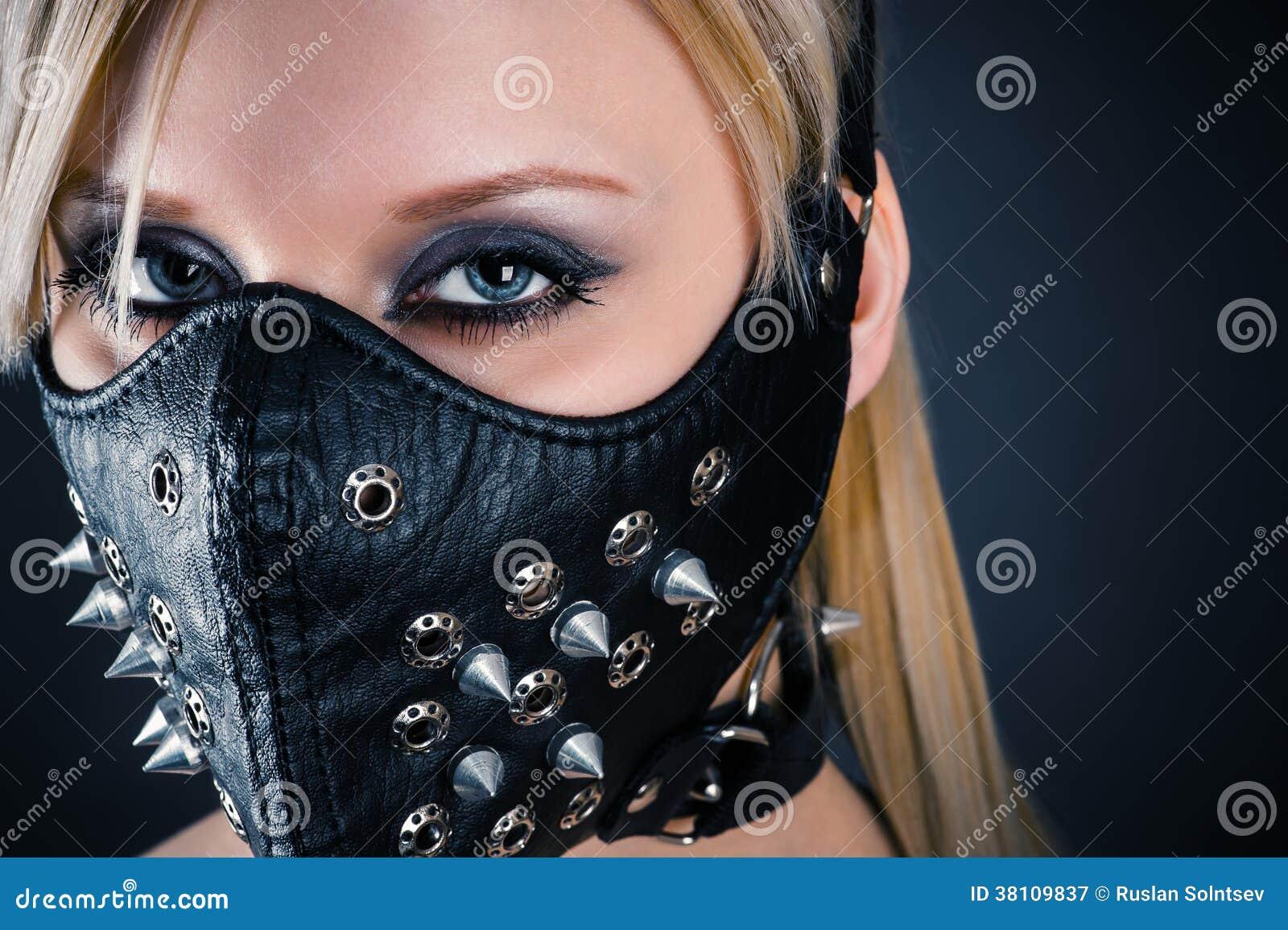 Schiavo della donna in una maschera con le punte
