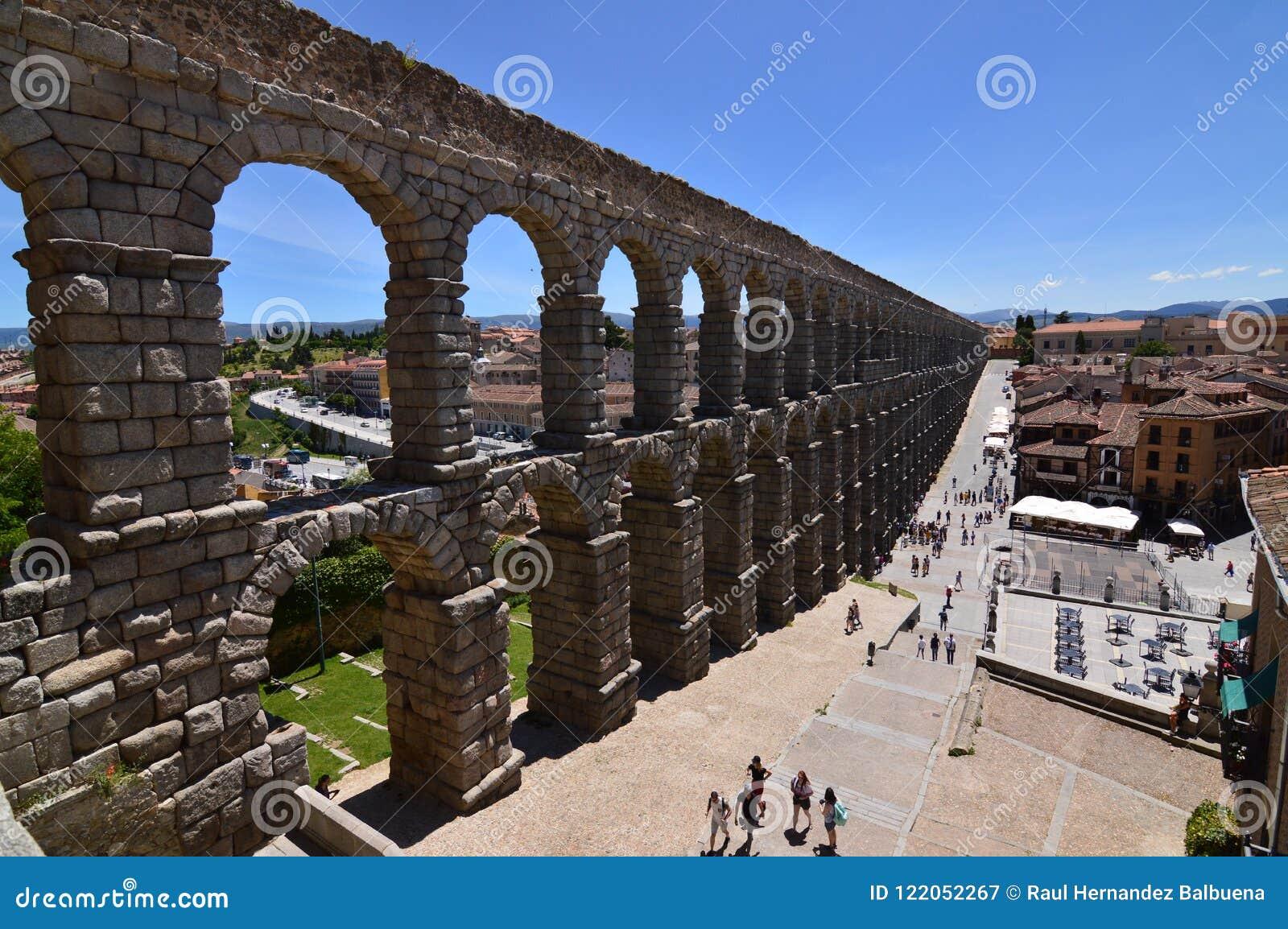 Schiefer Seitenschuß des Aquädukts in Segovia Architektur, Reise, Geschichte