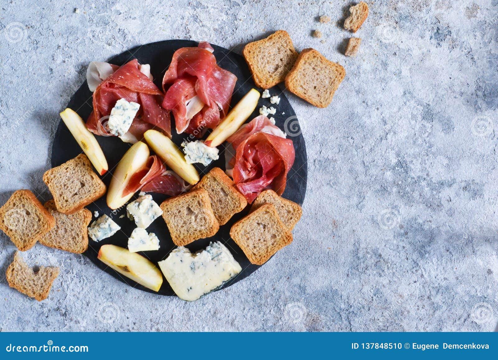 Schieferplatte mit Zartheit: jamon, Blauschimmelkäse, Briekäse Ansicht von oben