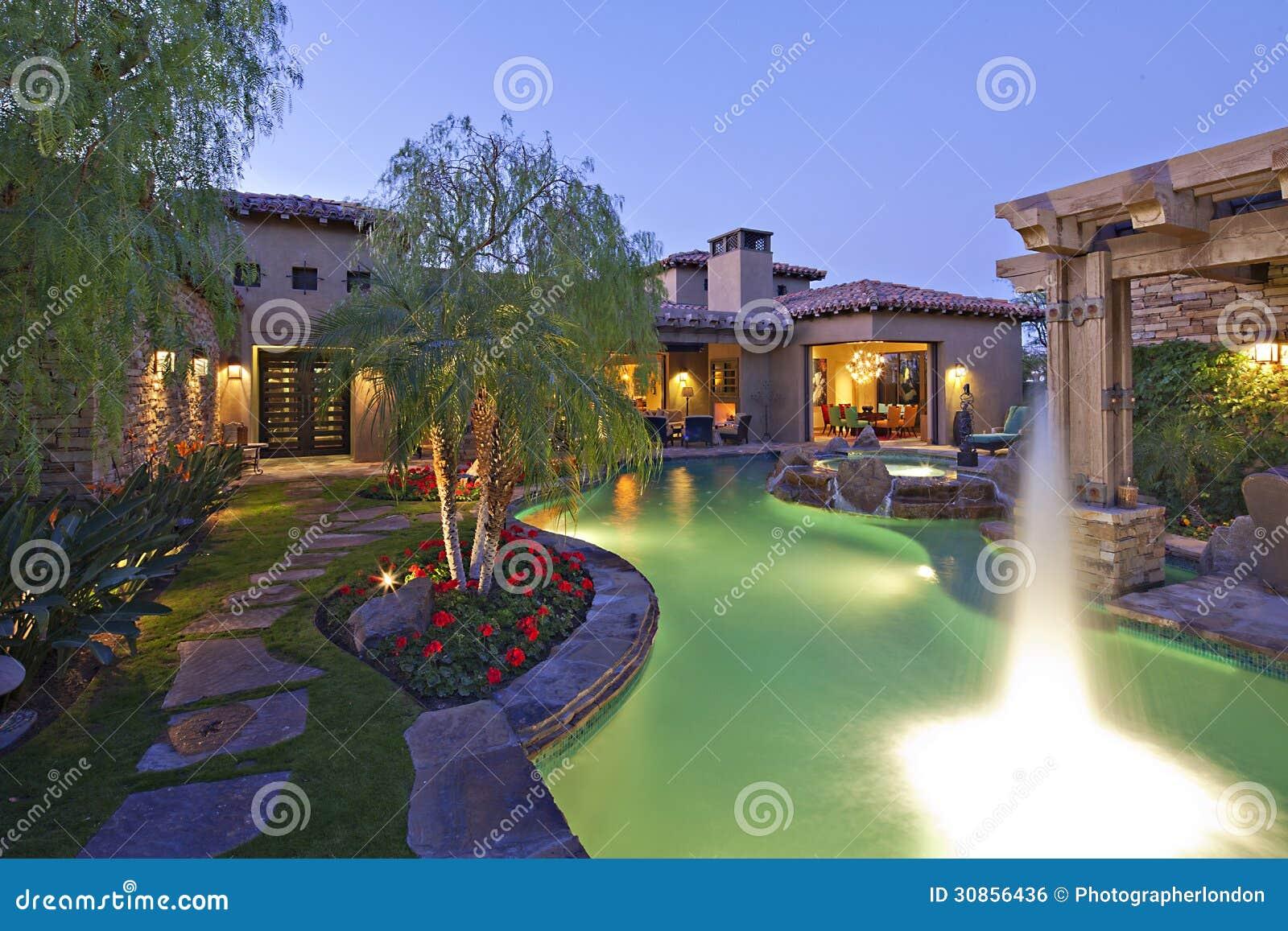 Schietend water buiten huis buiten met zwembad en hete ton royalty vrije stock afbeelding - Huis design met zwembad ...