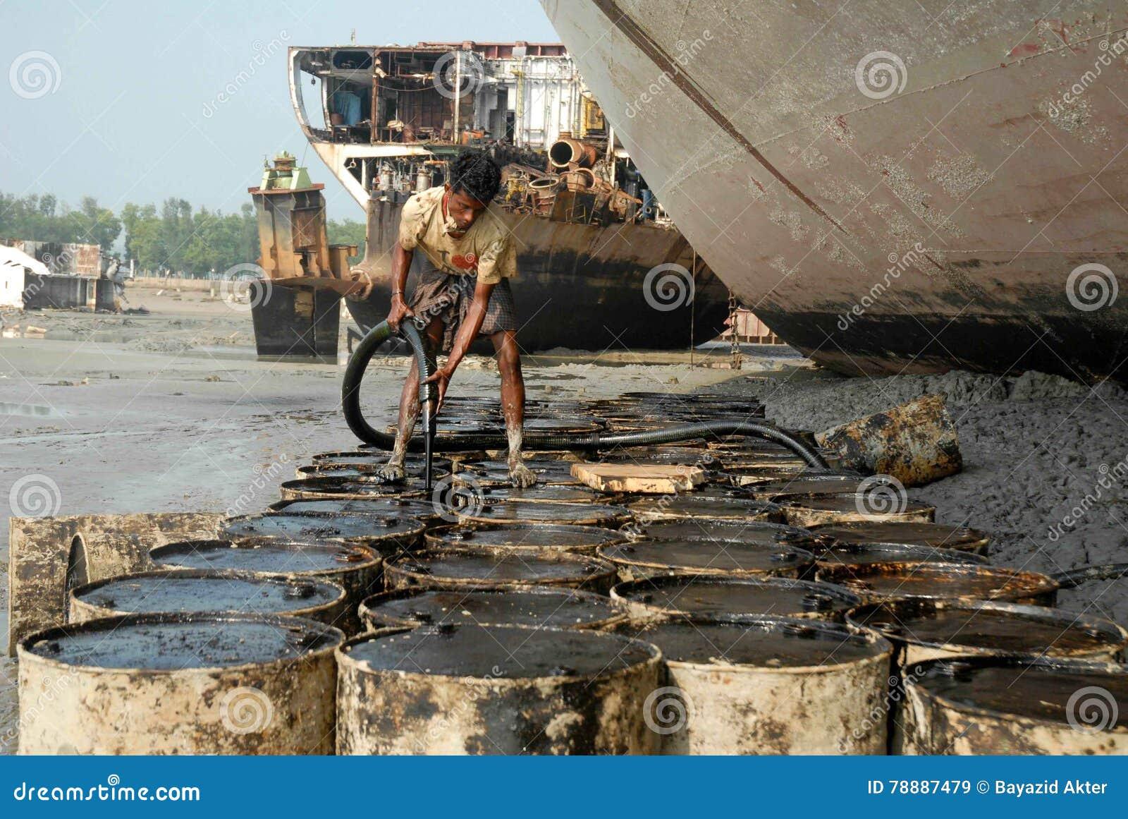 Schiff, das Bangladesch einläuft