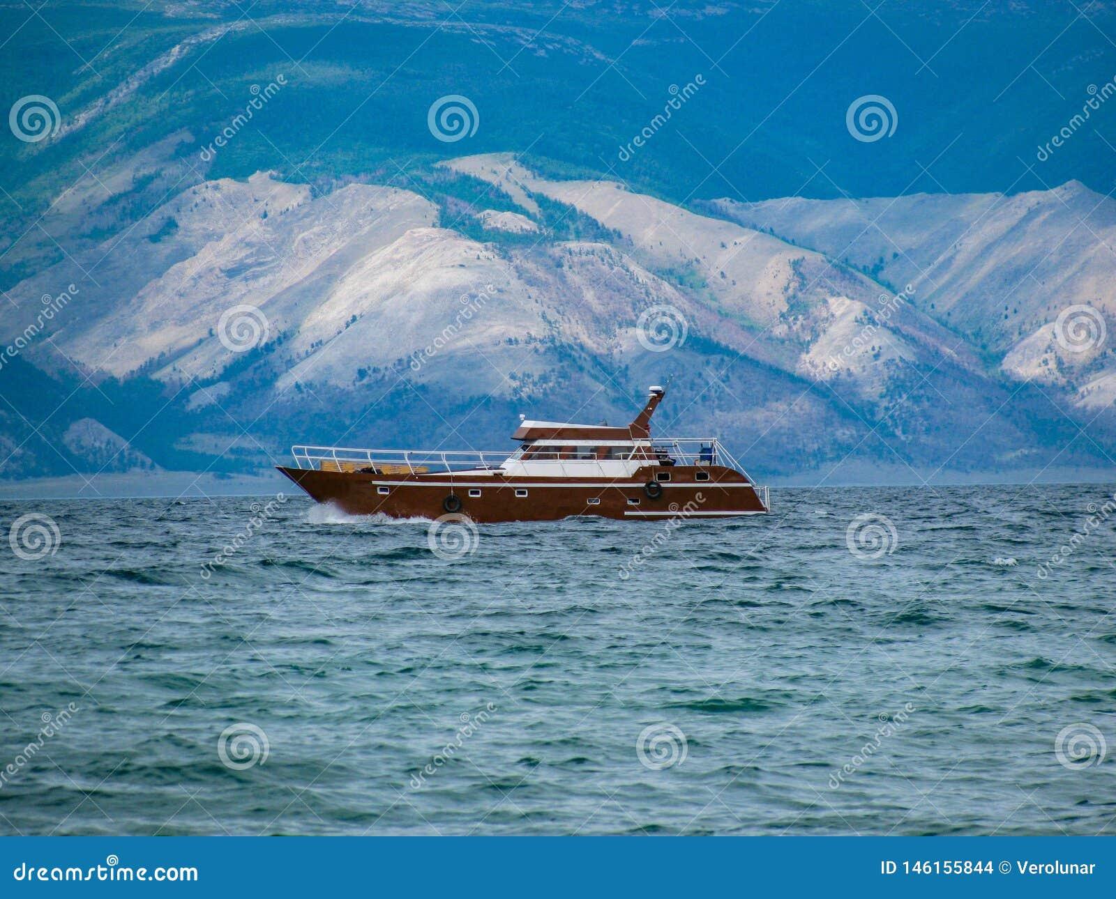 Schiff im Wasser vom Baikalsee auf dem Hintergrund von H?geln