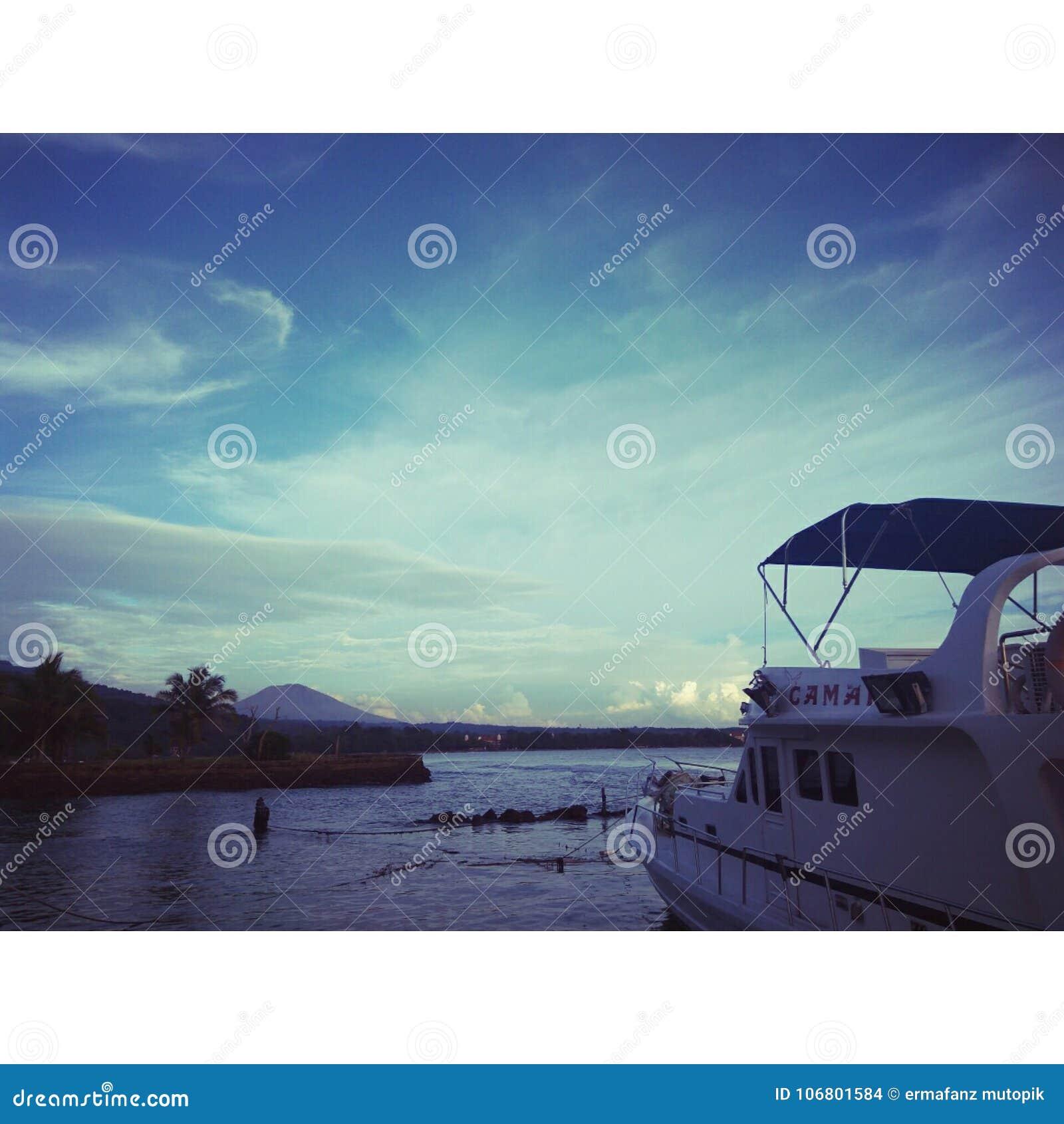 Download Schiff und Himmel stockfoto. Bild von himmel, lieferung - 106801584