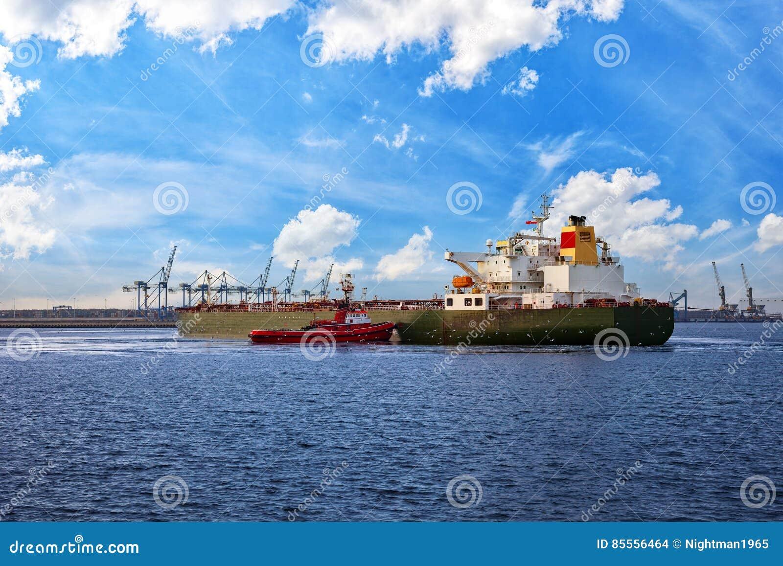 Schiff und Schlepper