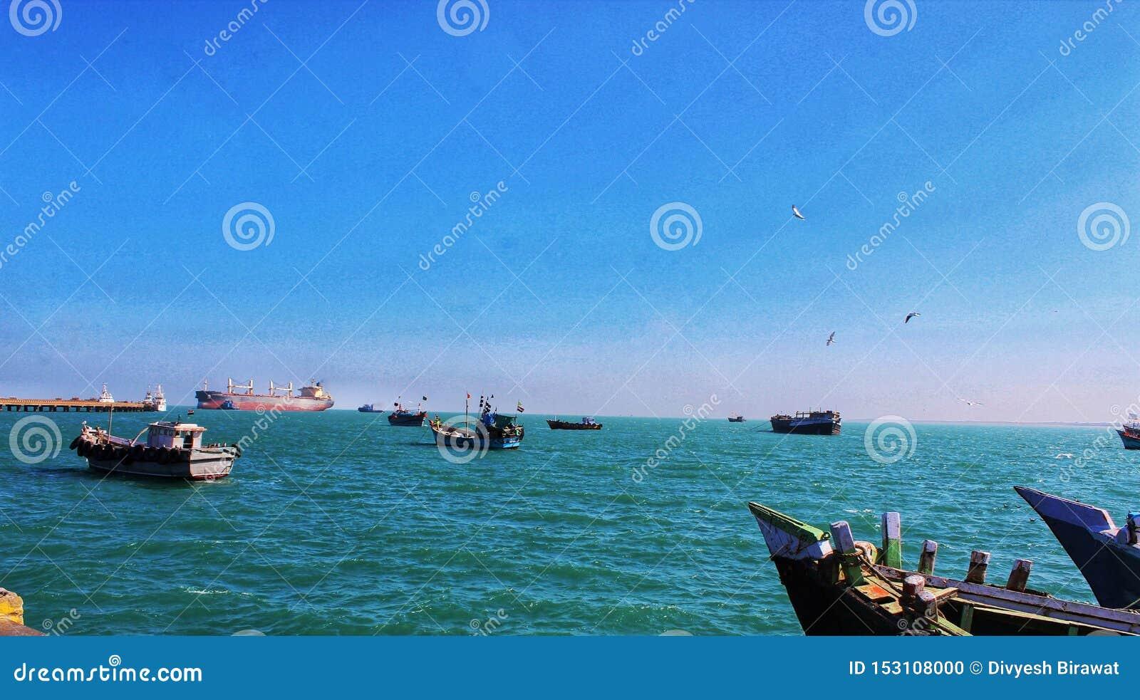 Schiffe, die in den blauen Ozean segeln