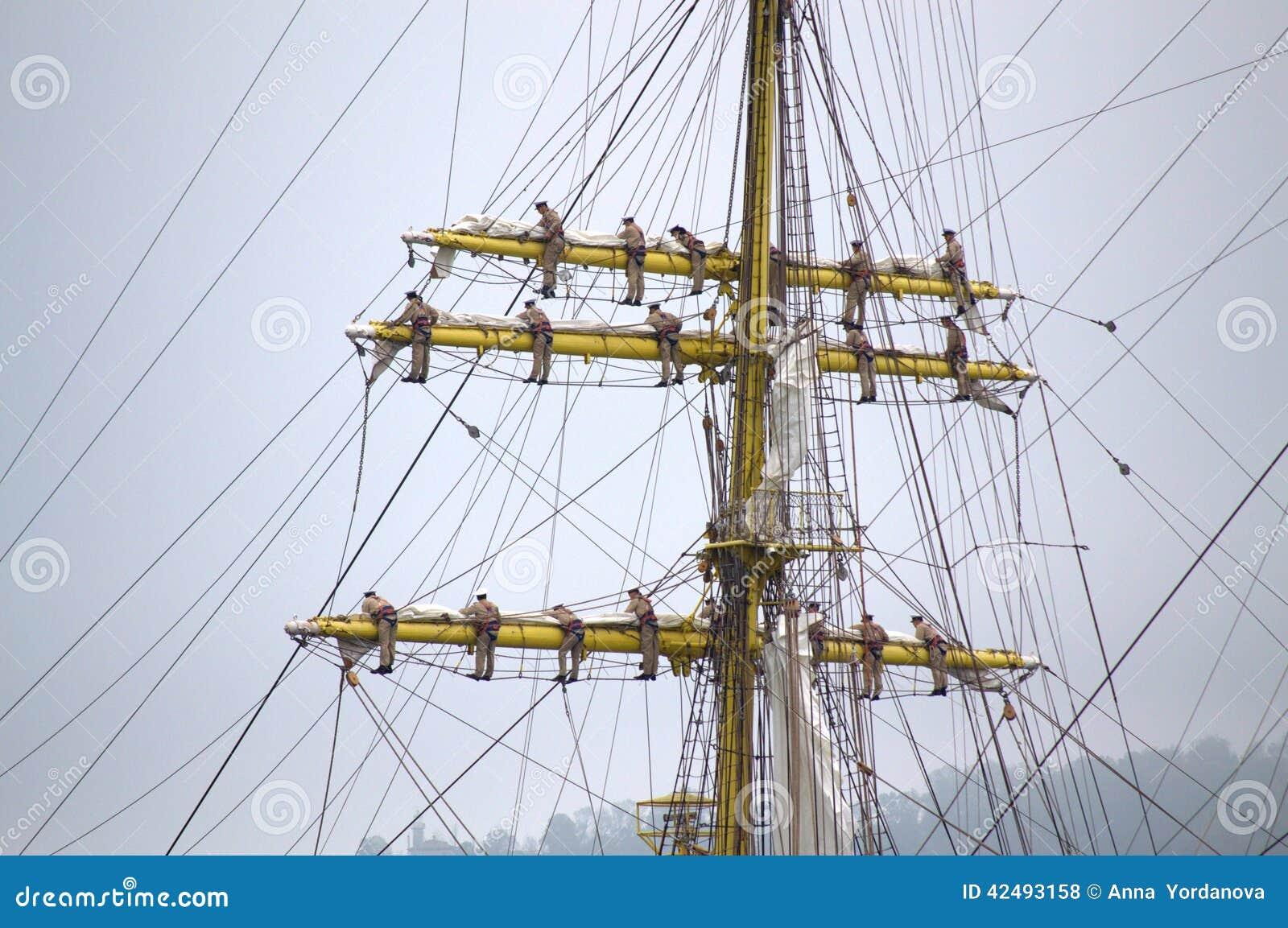 Schiffsmannschaft geklettert herauf Maste