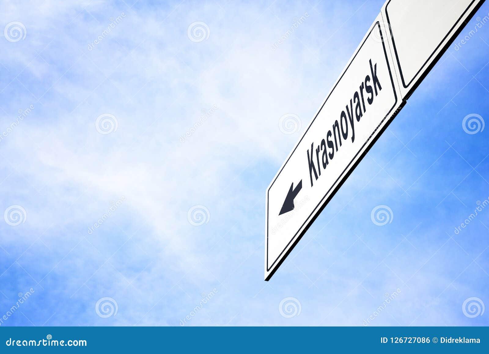 Schild, das in Richtung zu Krasnojarsk zeigt