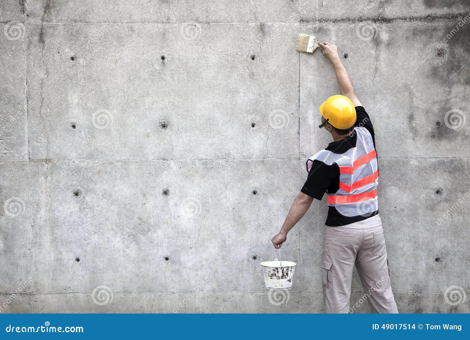 Schilder die aan de oude muur werken