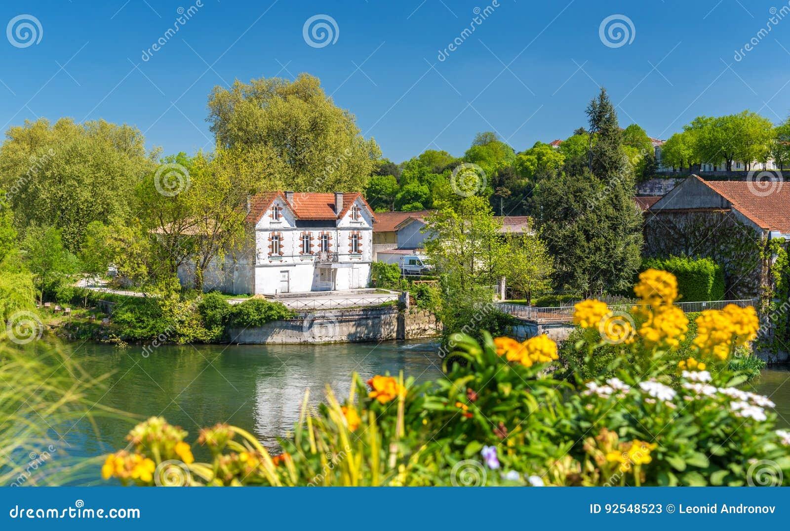 Schilderachtig landschap van de Charente-Rivier bij Cognac, Frankrijk