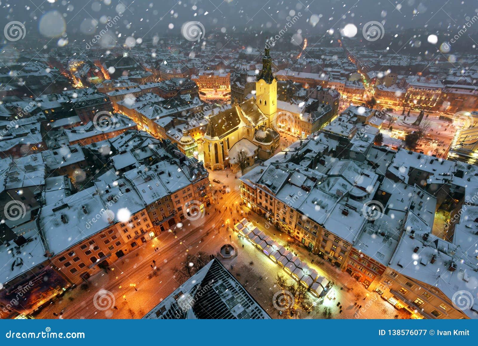 Schilderachtige avondmening over Lviv-stadscentrum vanaf bovenkant van stadhuis