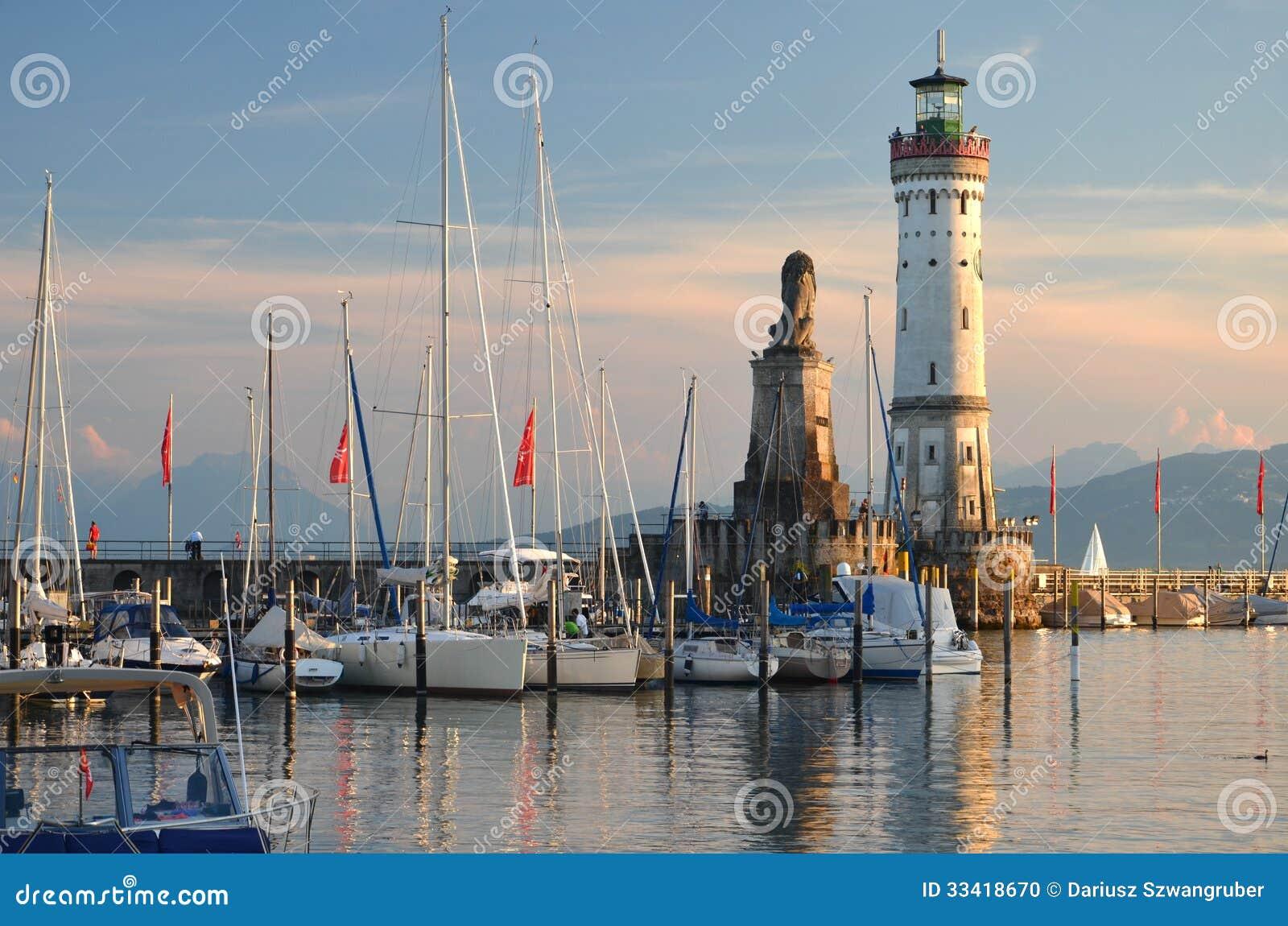 Schilderachtige mening over de ingang van de haven in lindau eiland op meer bodensee duitsland - Centrale eiland prijzen ...