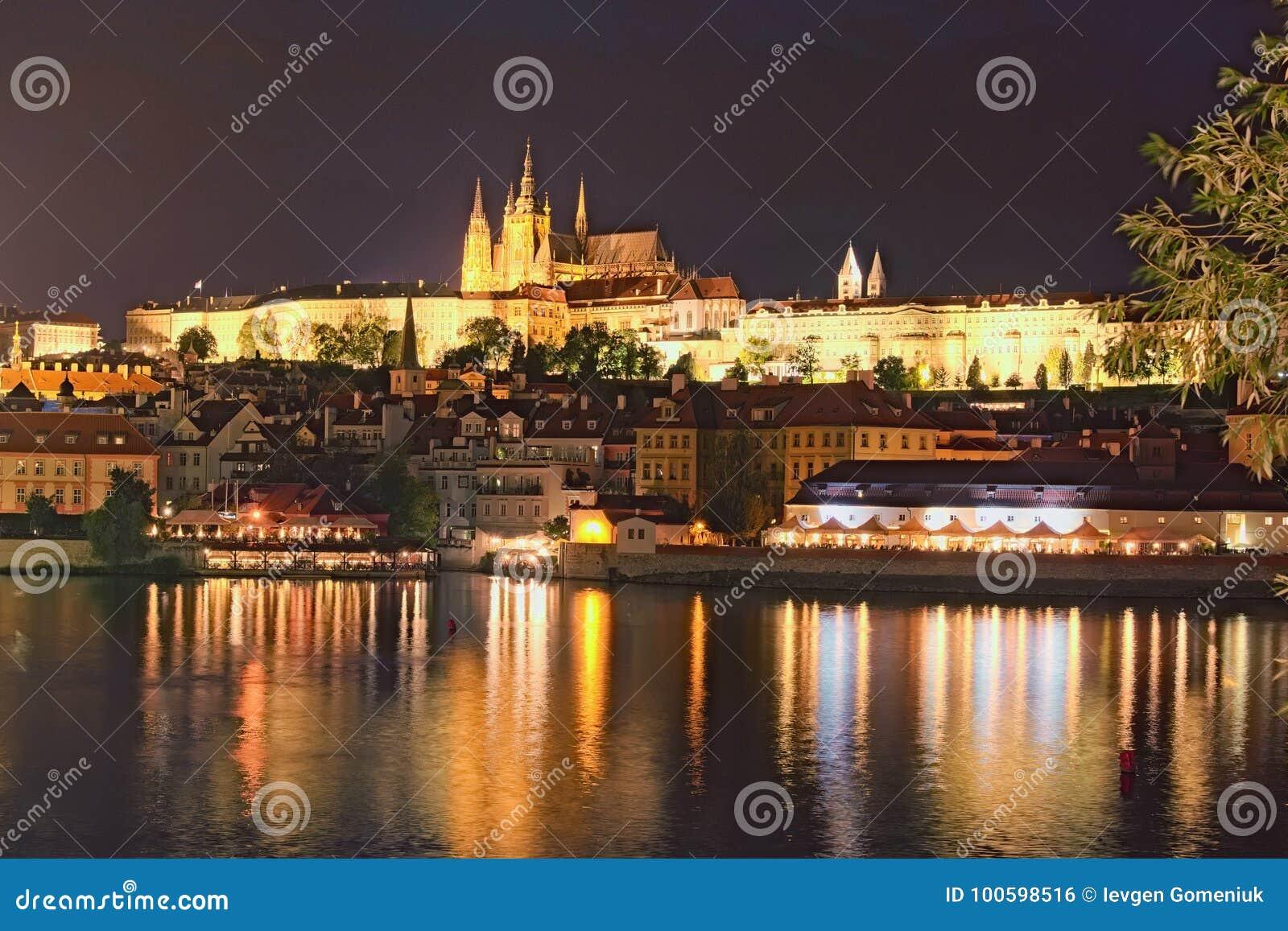 Schilderachtige mening over het Kasteel van Praag, Prazsky hrad in Tsjech, en Vltava-rivier De avond van de zomer Mening van hoof