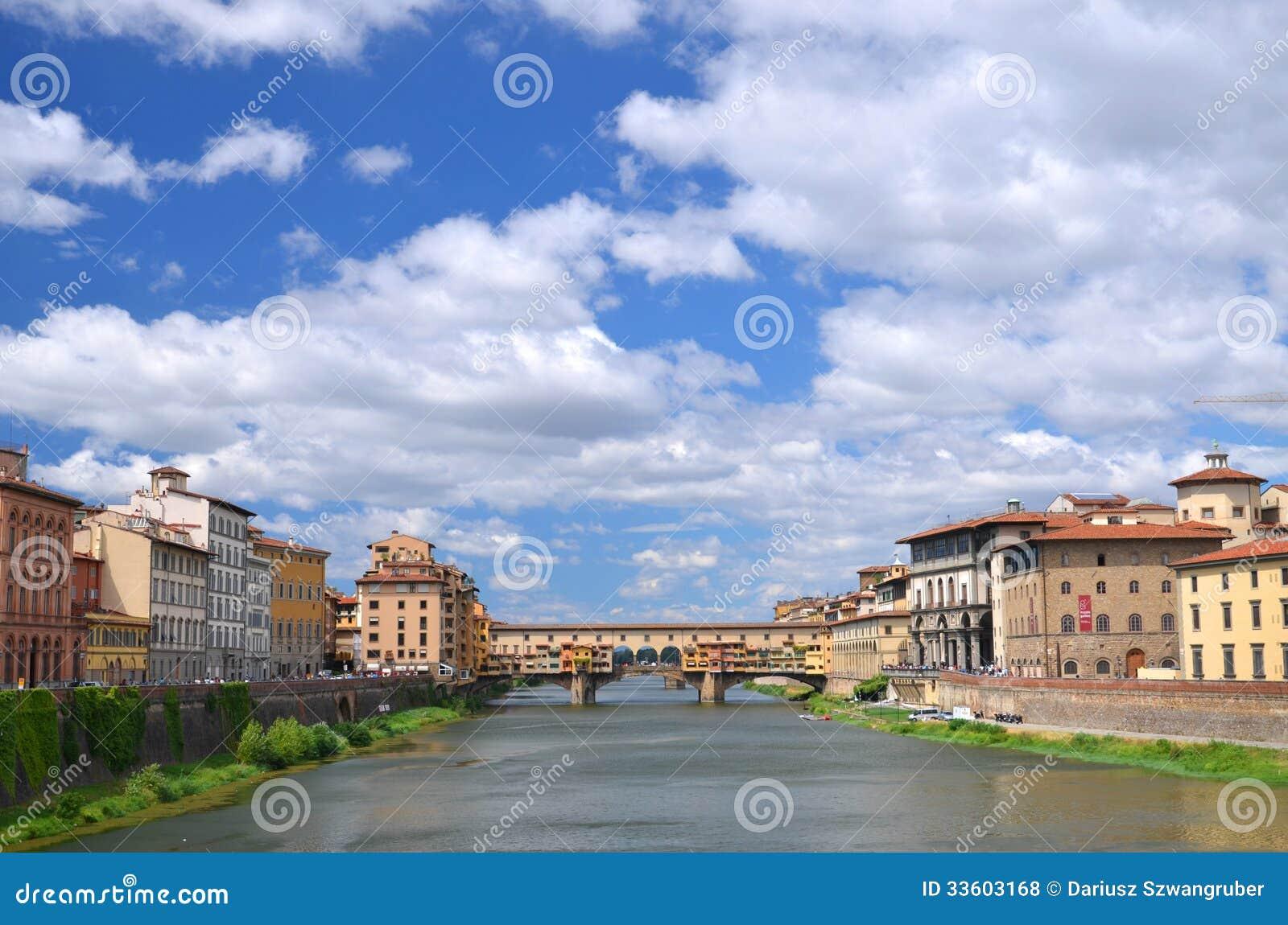 Schilderachtige mening over kleurrijke Ponte Vecchio over Arno River in Florence, Italië