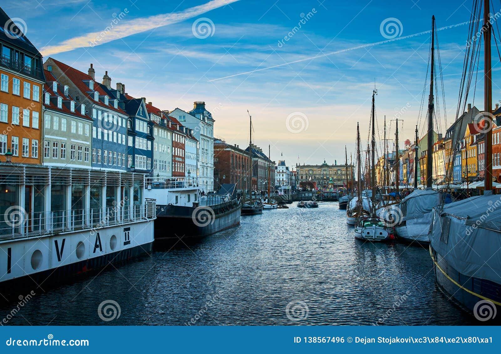 Schilderachtige Nyhavn, de de 17de eeuwwaterkant, het kanaal en het vermaakdistrict in Kopenhagen