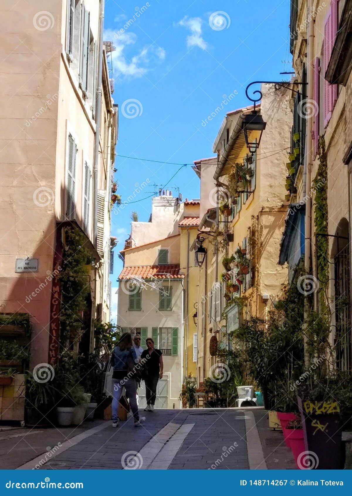 Schilderachtige stegen van de oude stad van Marcalla, Frankrijk