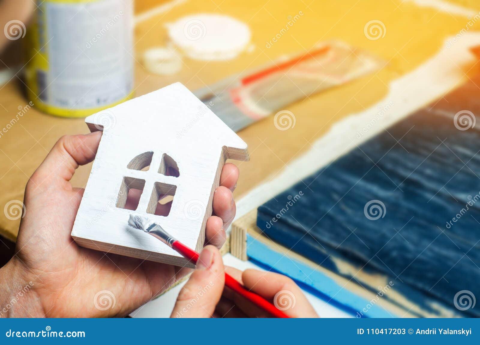 Schilderend het huis, het herstellen, die de voorgevel van de bouwstijl schilderen