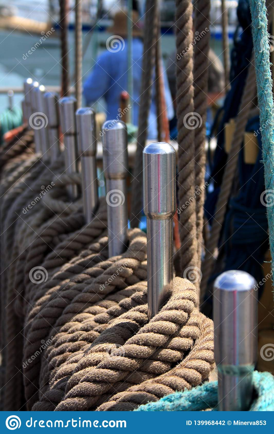 Schip bruine kabels op de sporen met een mens op de achtergrond