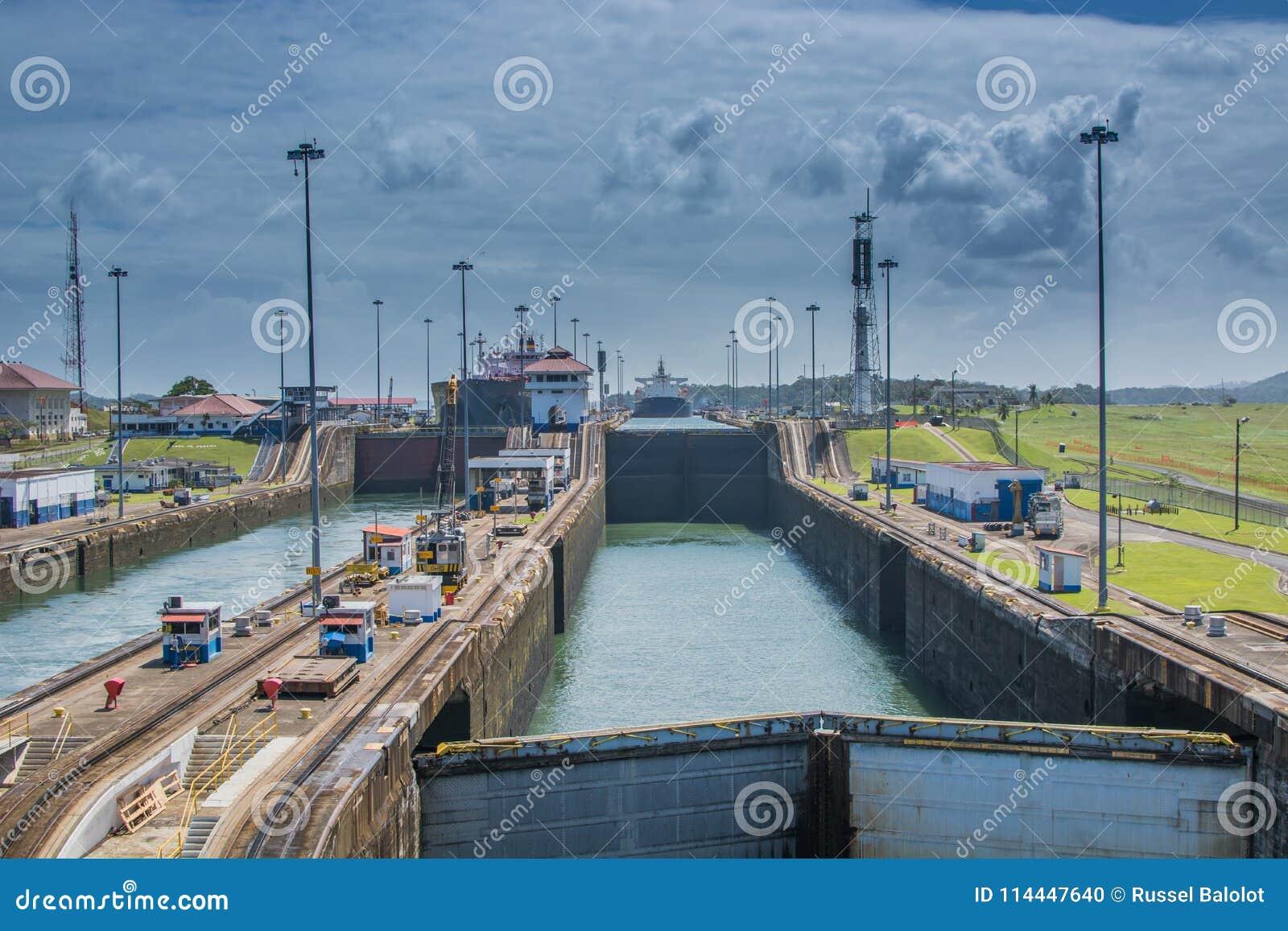 Schip dat het Kanaal van Panama weggaat