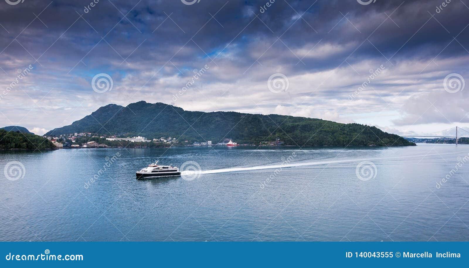 Schip die aan Bergen krijgen noorwegen