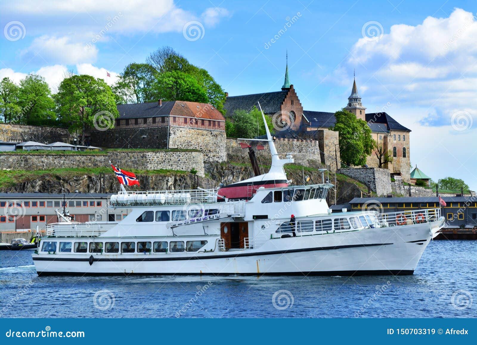 Schip en Akershus-Vesting in Oslo, Noorwegen