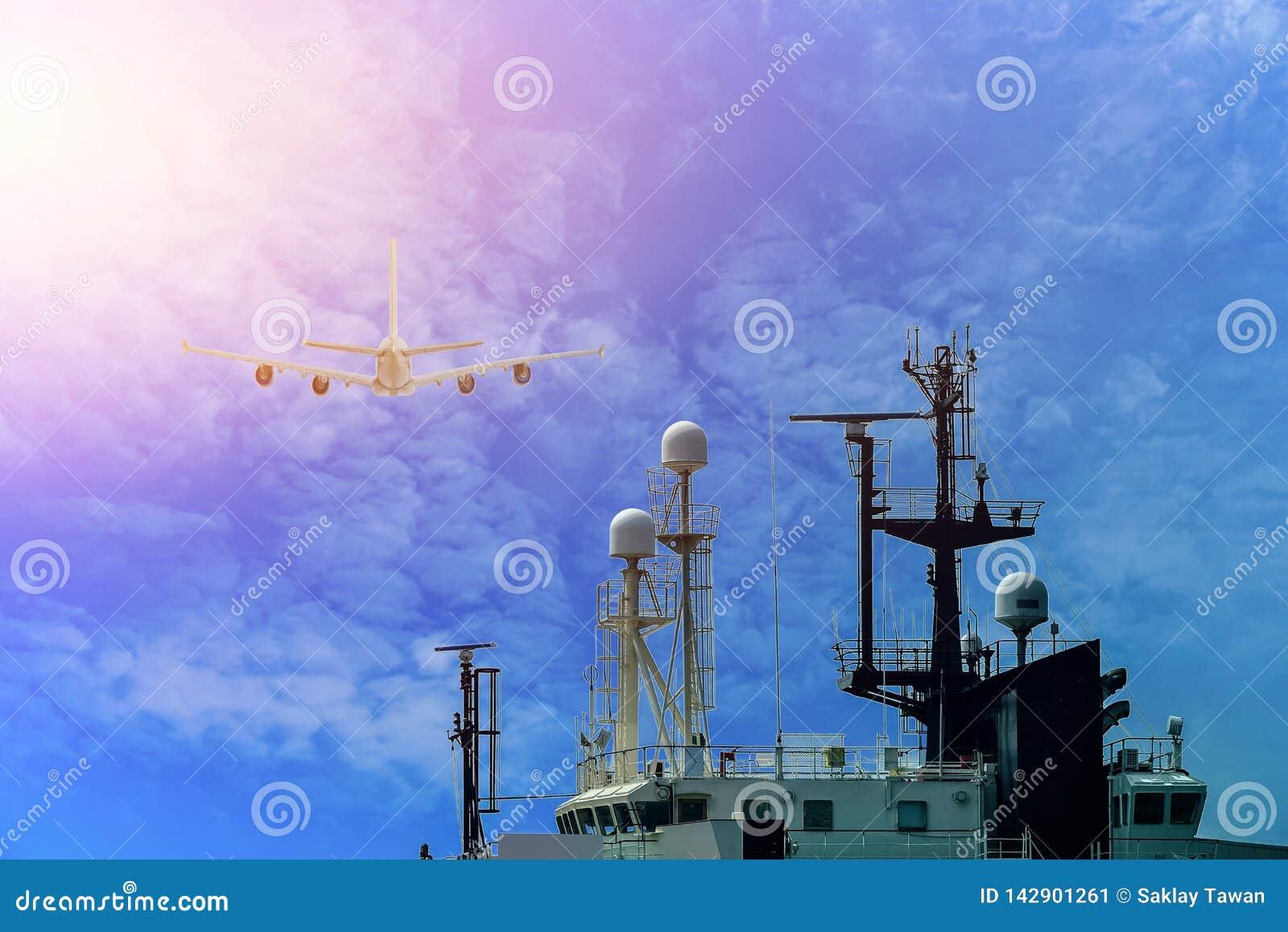 Schip met mededeling en Mast, antenneradio van Sleepboot