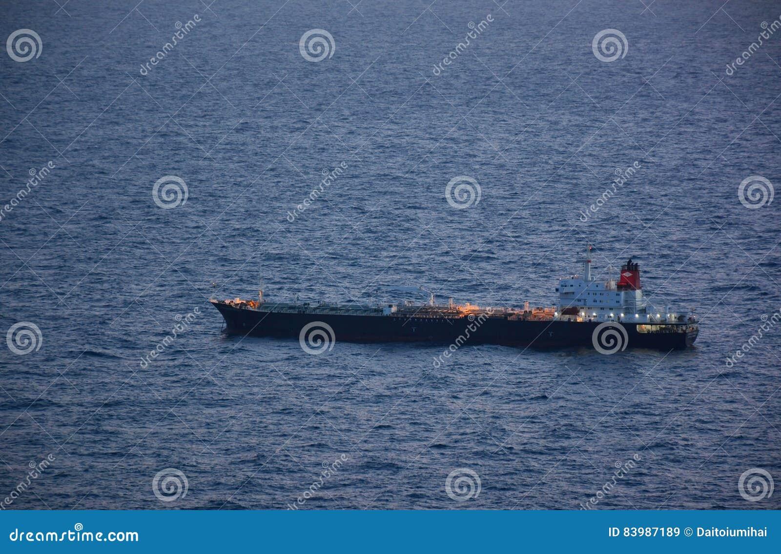 Schip op de oceaan bij schemer