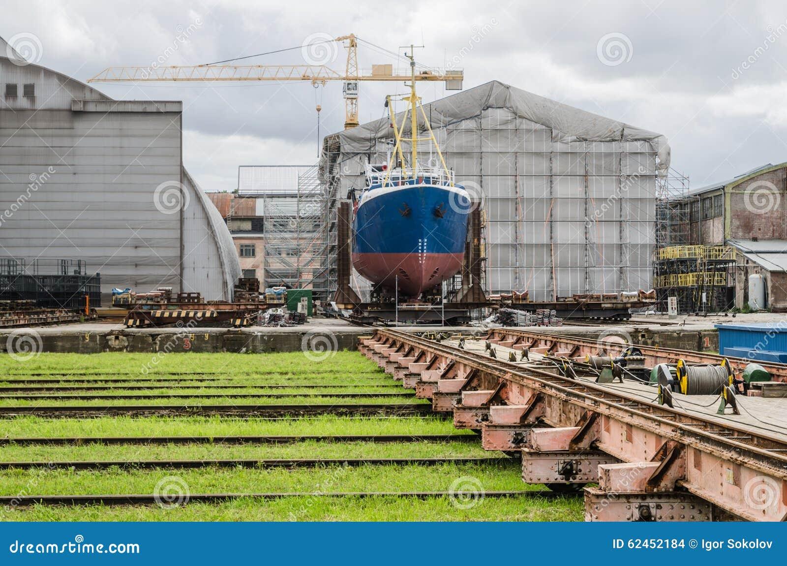 Schip op de voorraden in de scheepswerf