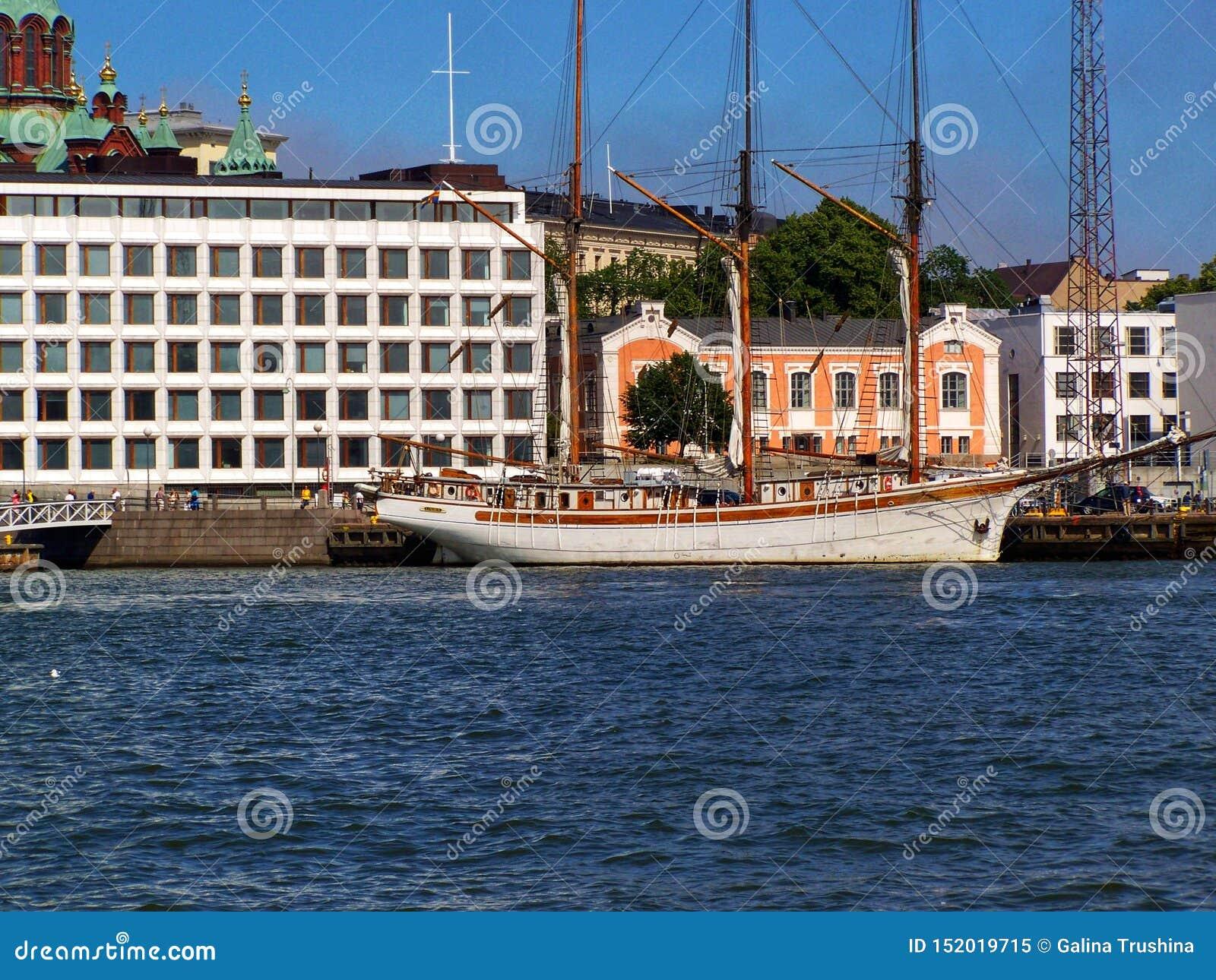 Schip te de waterkant in Stockholm op een Zonnige dag