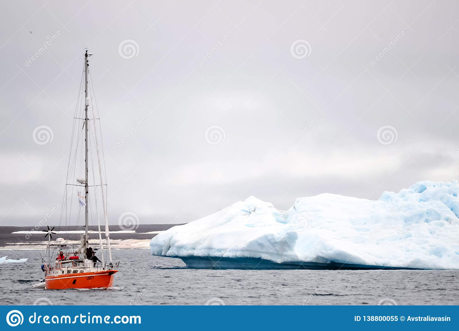 Schip van de Noordpoolexpeditie in de wateren van de Noordpooloceaan