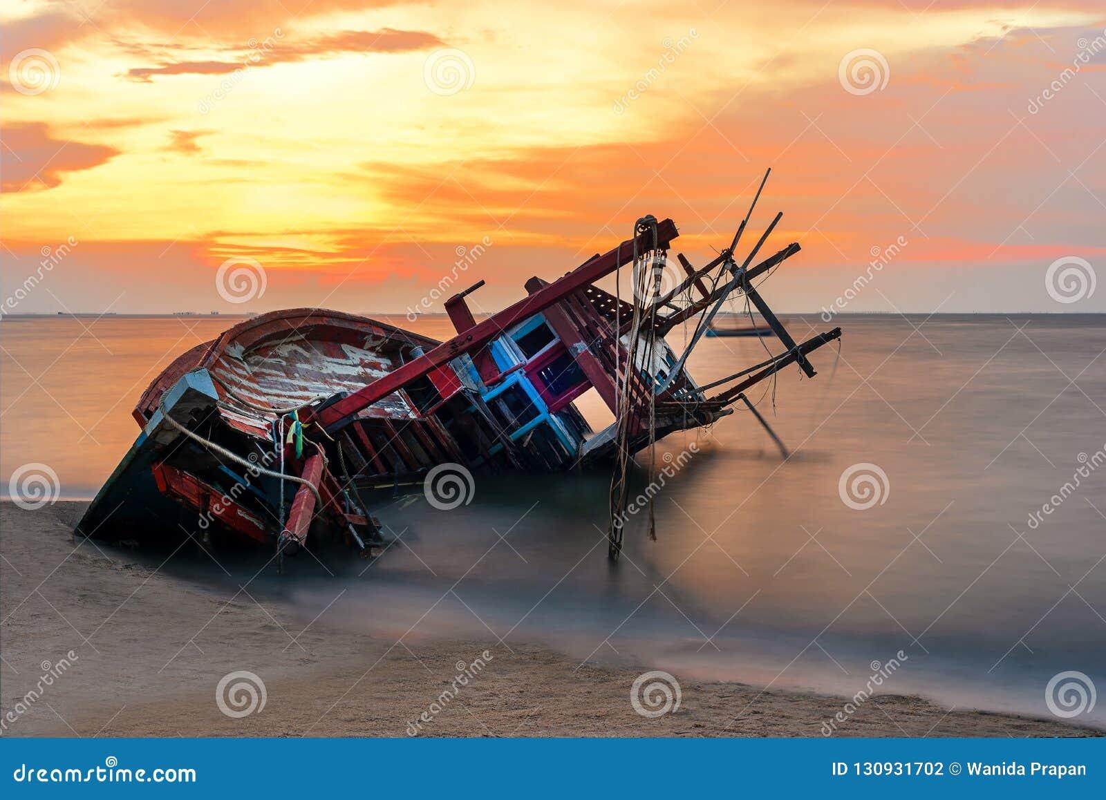 Schipbreuk of gesloopte boot op strand in suset Mooi landschap