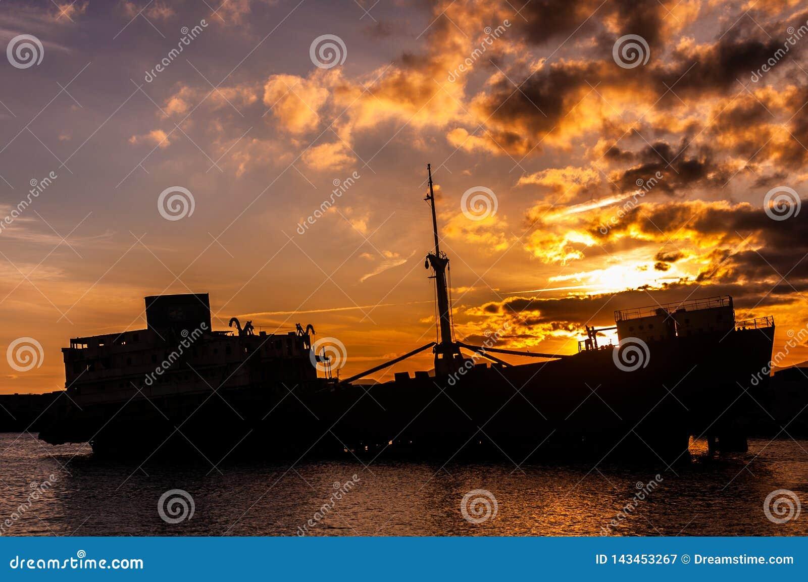 Schipbreuksilhouet bij kust van Lanzarote