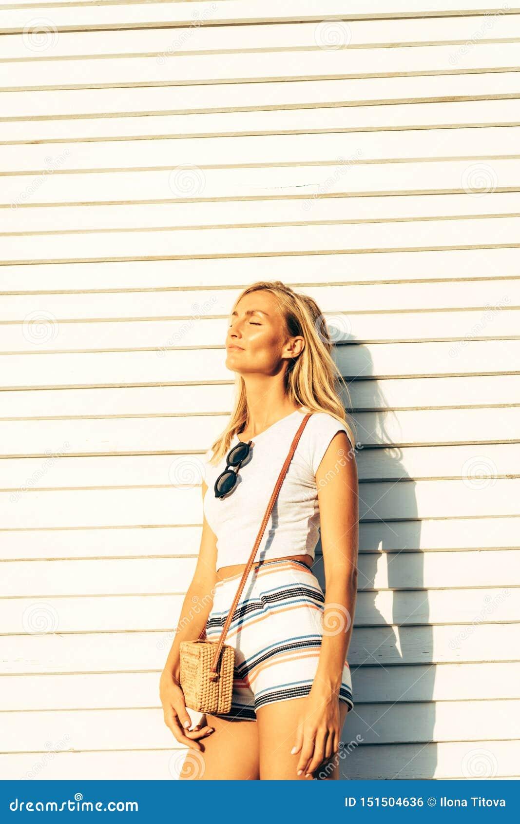 Schitterend blonde in de code van de de zomerkleding