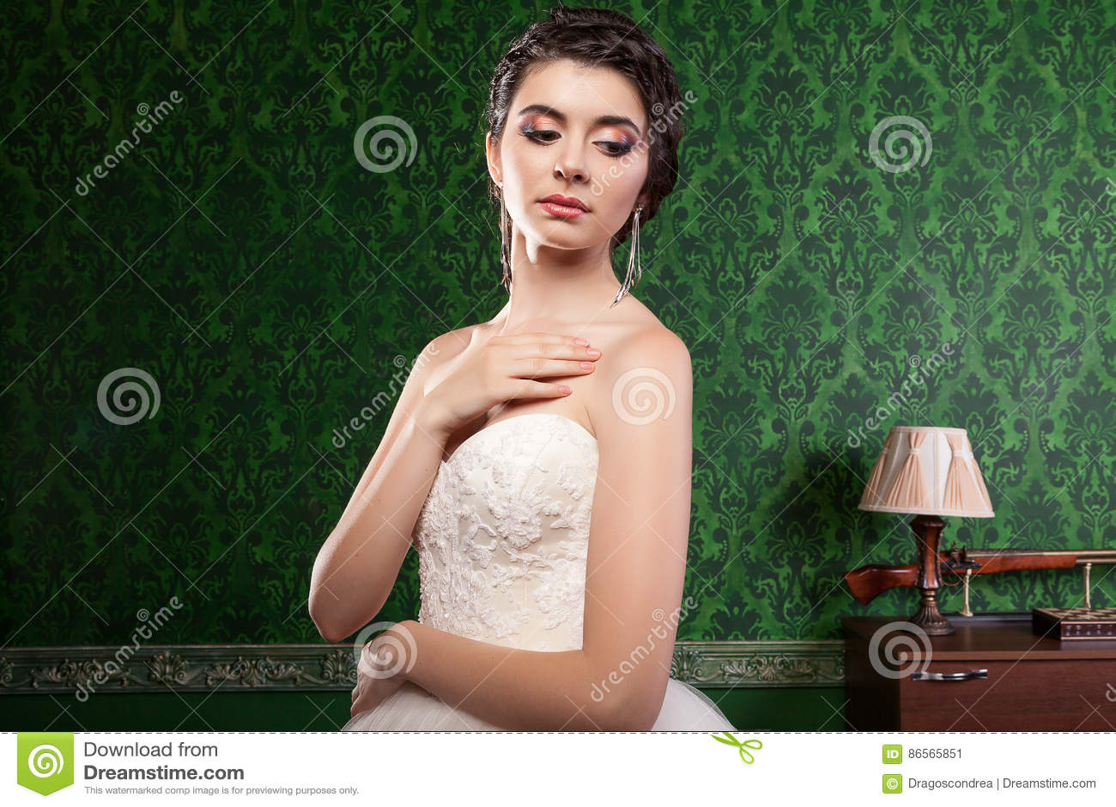 Schitterende bruid in uitstekende ruimte